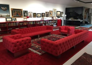 Red Velvet tufted sofa chair sectie